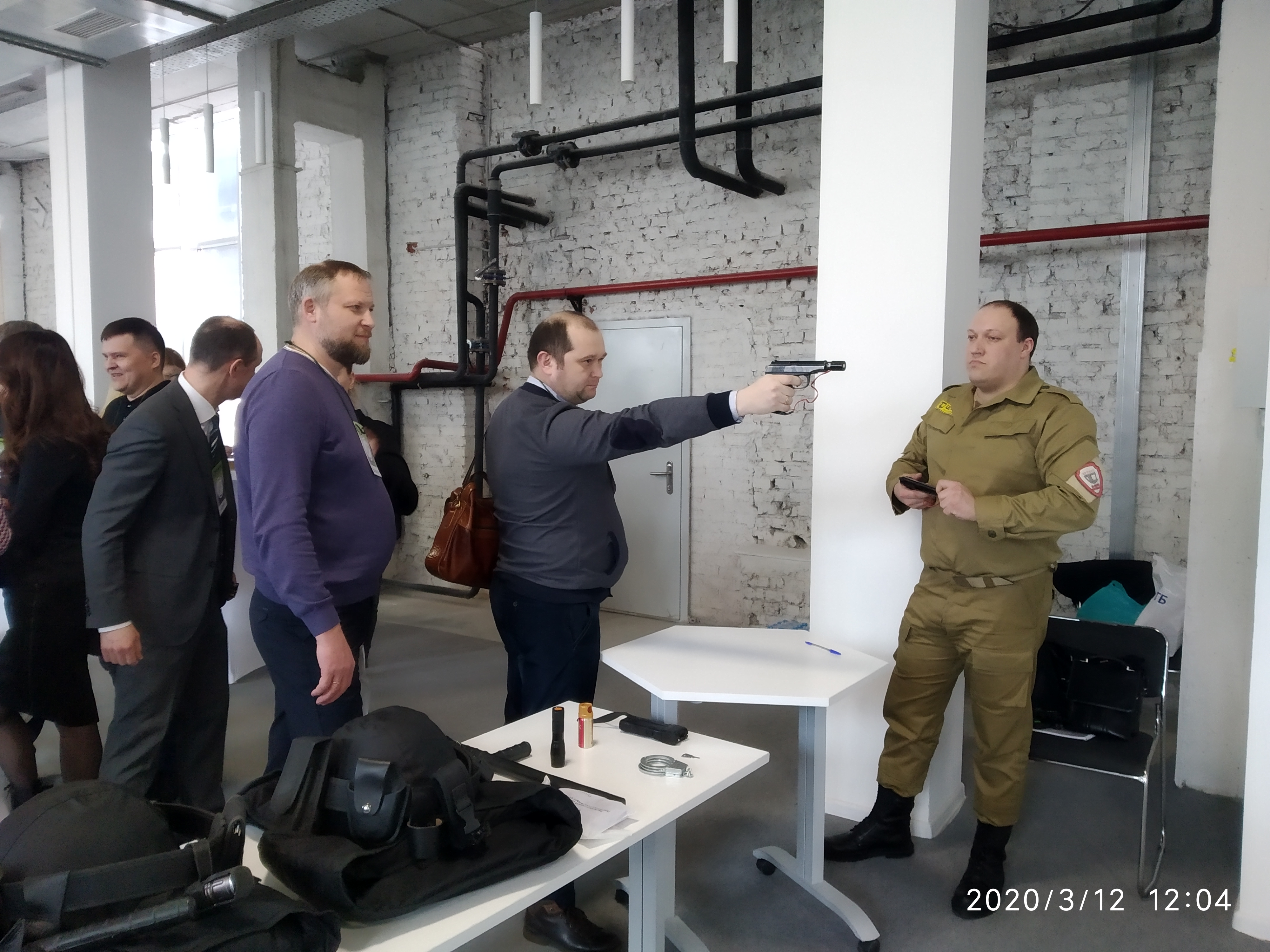 Компания «Цербер» организовала работу лазерного тира, в котором участники заседания с удовольствием тренировали свои навыки стрельбы из пистолета