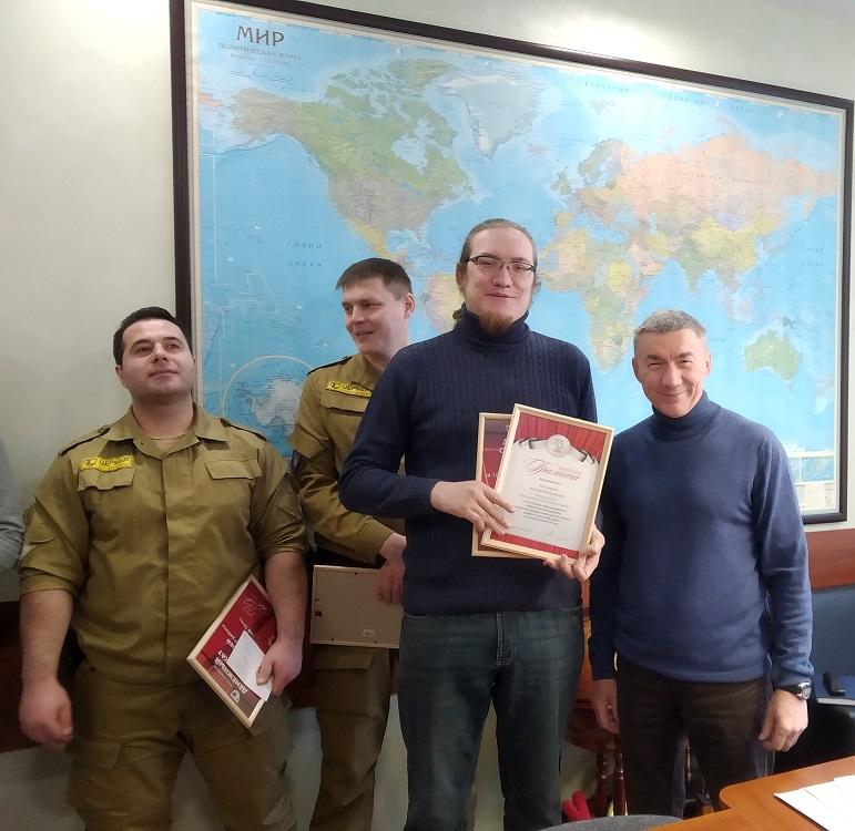 Руководитель компании Козеев Андрей Геннадьевич со словами благодарности вручил знаки отличия за выслугу лет